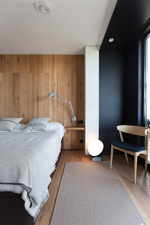 Modern bedroom design idea in a confortable renovated apartment located in Barcelona, Spain by YLAB Arquitectos