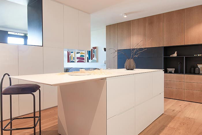 Modern custom-made kitchen design idea in a one-bedroom home located in Barcelona, Spain - renovation by YLAB Arquitectos