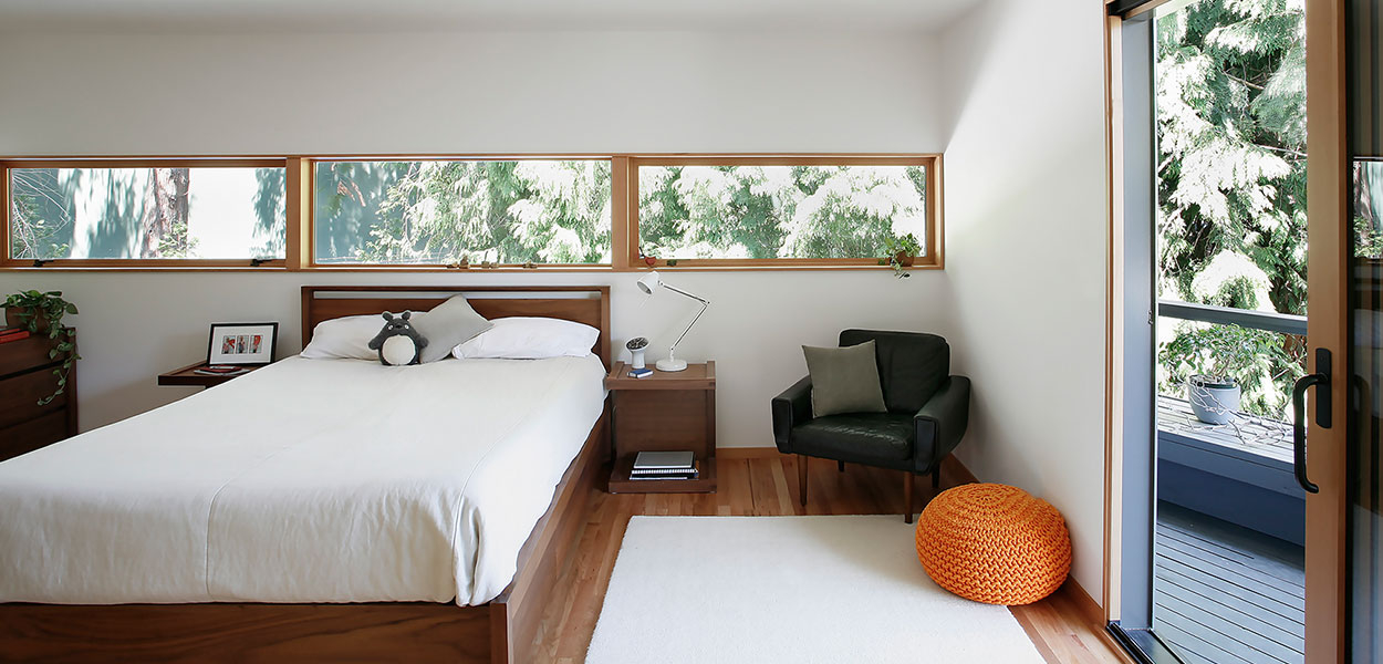 Modern bedroom in warm home near Seattle, USA by SHED Architecture