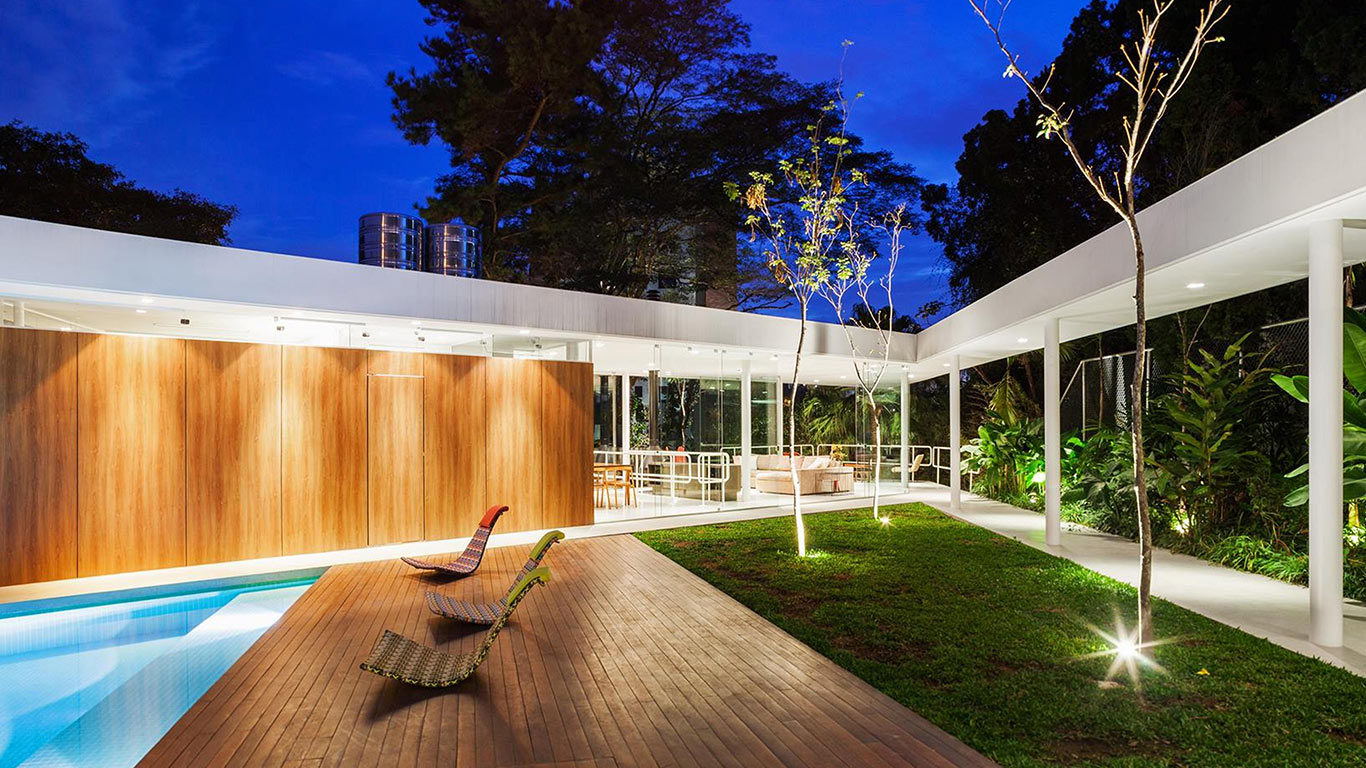 This spectacular house in Sao Paulo designed by FGMF Architects allows the family to sunbathe near the pool in complete privacy