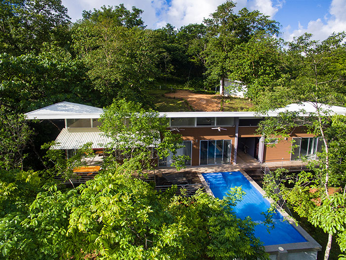 Amazing suspended house with spectacular pool in Costa Rica offers privacy to the owners and spectacular views - by Indigo Arquitectura