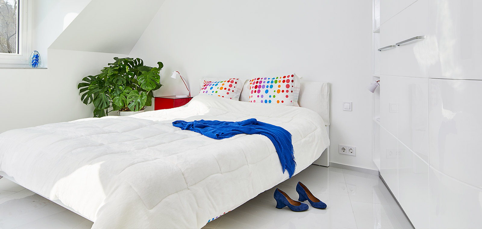 White bedroom design idea in a renovated apartment located in Budapest, Hungary